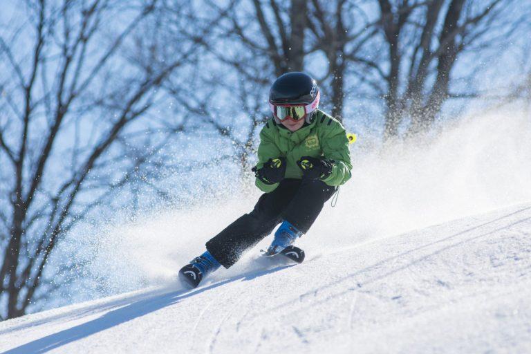 Jeune skieur en action
