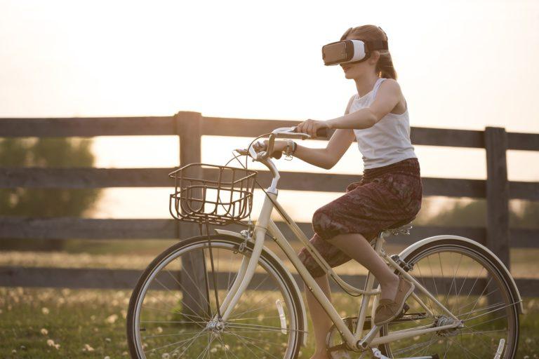 cycliste avec casque de réalité virtuelle