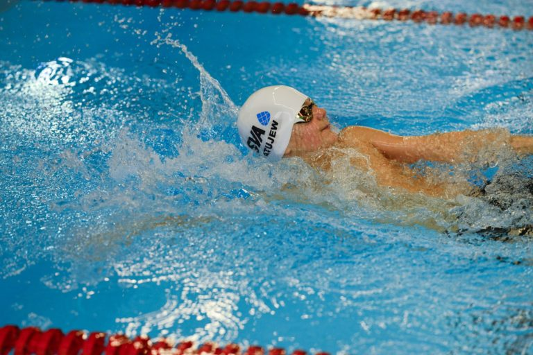 jeune nageur sur le dos