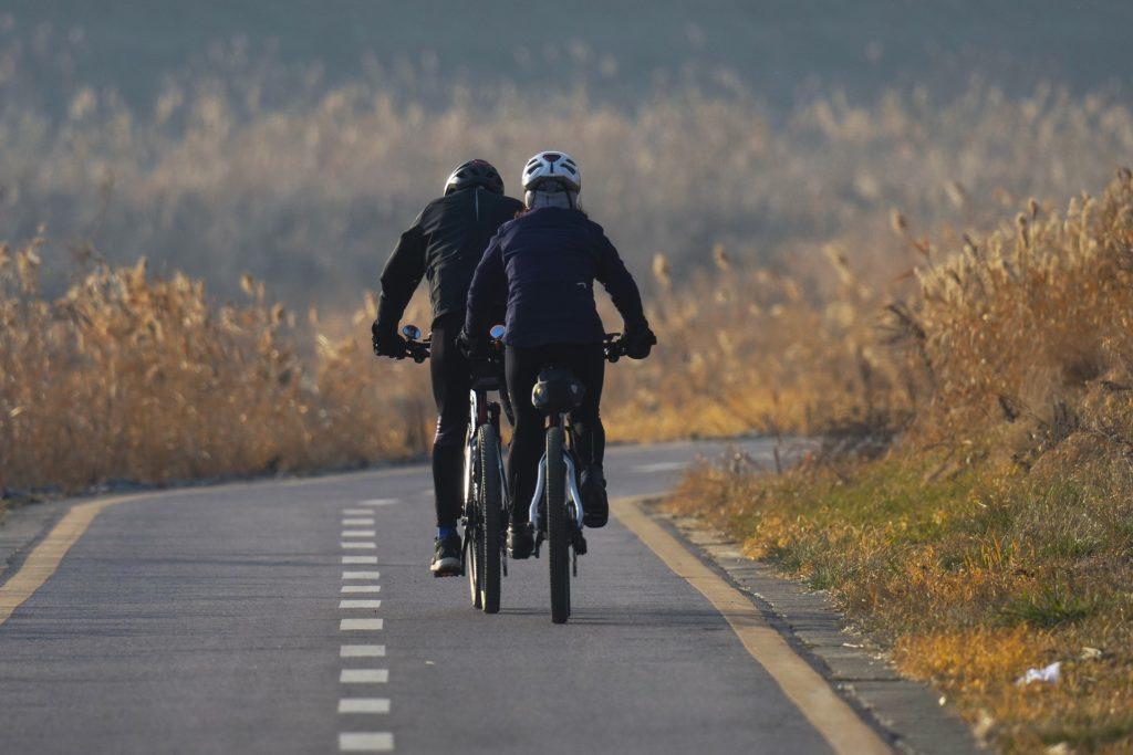 cyclistes sur piste cyclable