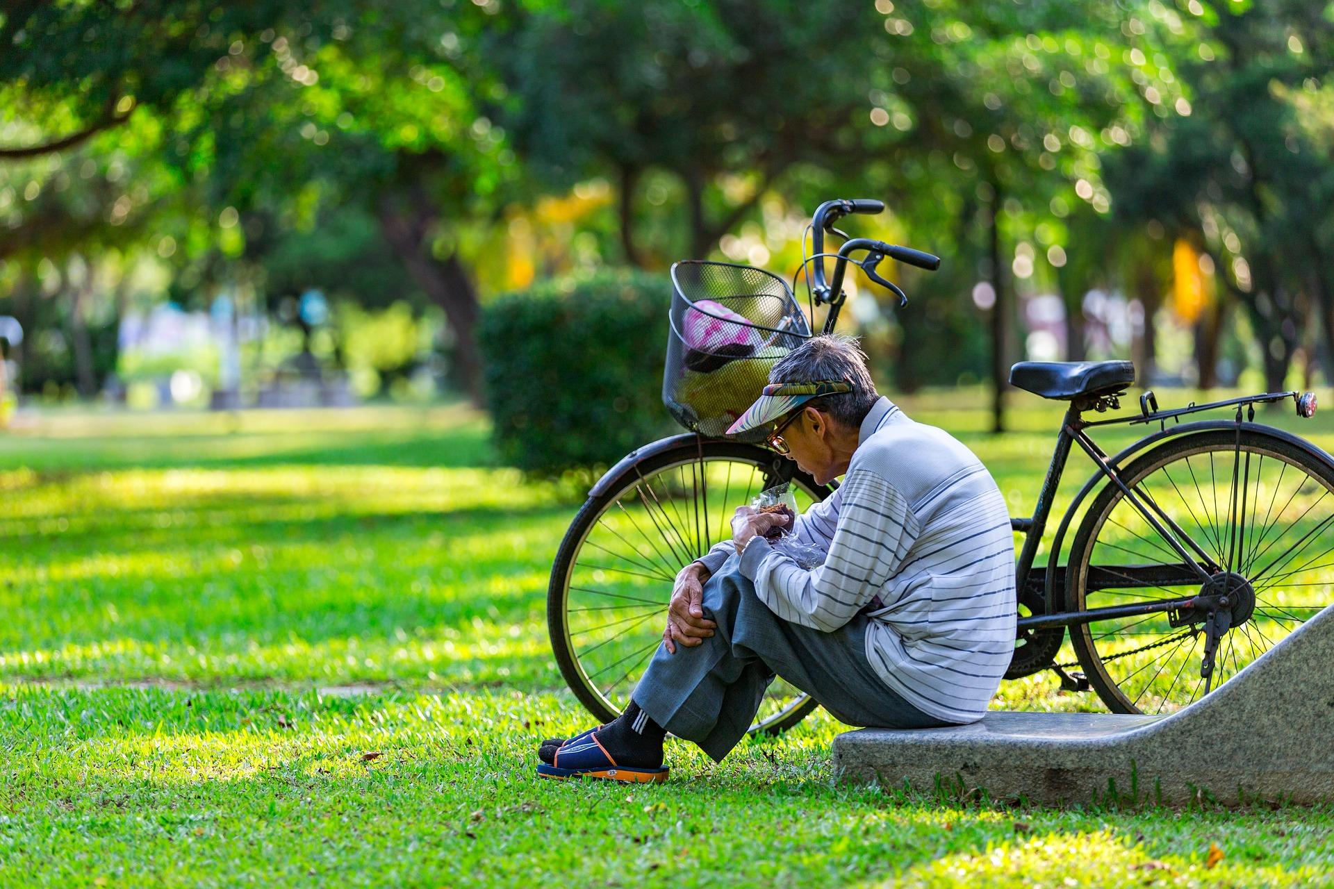 personne âgée dans un parc
