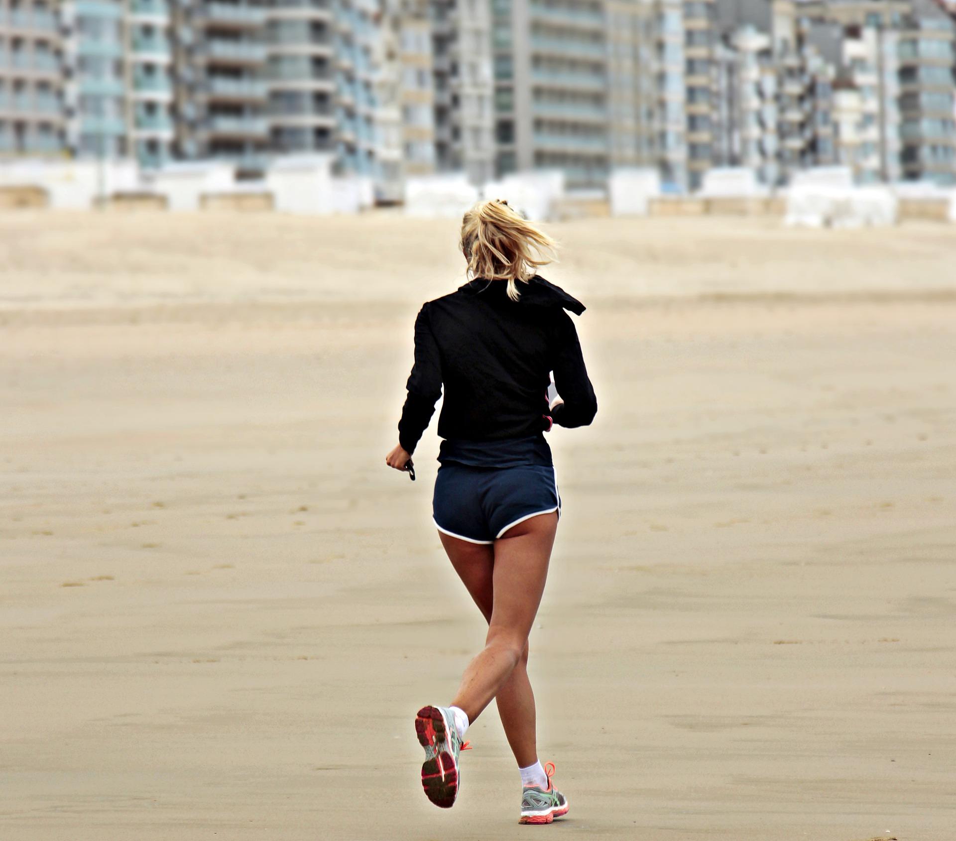 joggueuse sur la plage