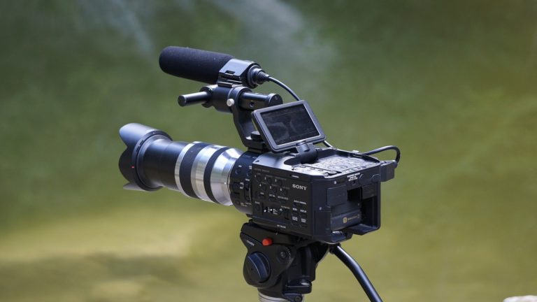 caméra vidéo sur pied