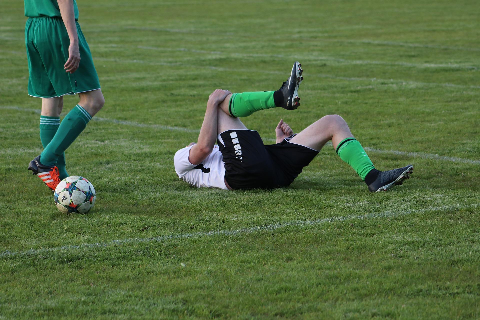 joueur de foot blessé au genou